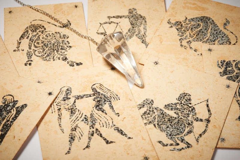 Pendolo di cristallo con la scheda zodiaco
