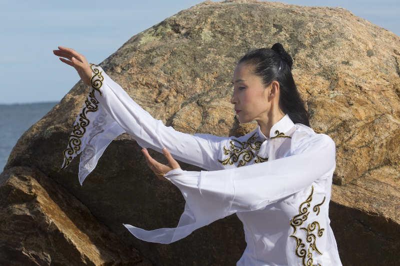 Donna che pratica la meditazione Qi Gong
