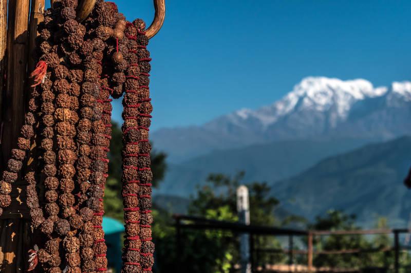 Rosari di preghiera nepalesi con filo rosso, Pokhara, Nepal